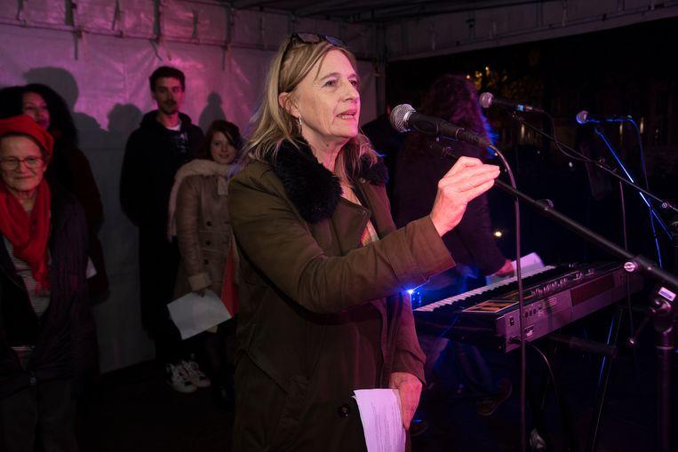 Zo'n 250 mensen hielden op het Maria-Hendrikaplein aan het station een stille wake voor een solidaire samenleving. Actrice Marijke Pinoy las een gedicht voor van Alain Platel.