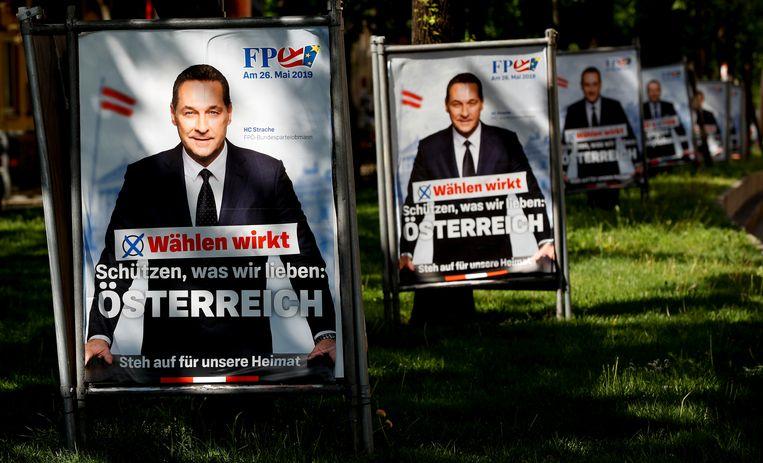 """Een verkiezingsposter van het hoofd van de extreemrechtse FPÖ, Heinz-Christian Strache in Wenen. """"Stemmen werkt"""", staat er op de poster. """"Beschermen wat we liefhebben: Oostenrijk. Sta op voor ons vaderland"""", is er verder te lezen."""