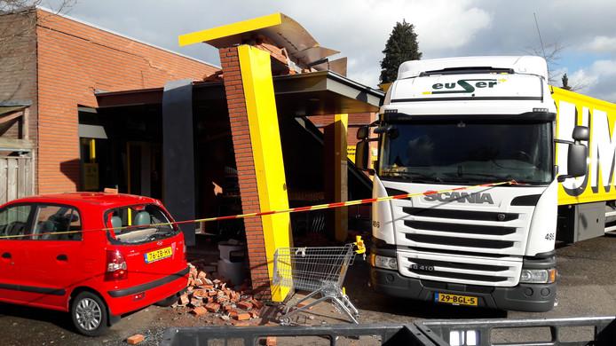 Uren na het ongeval staat de vrachtwagen nog steeds tegen de pui van de Jumbo-supermarkt aan.