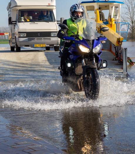 Hoogwater nekt veerdiensten in de IJssel: pontjes uit de vaart