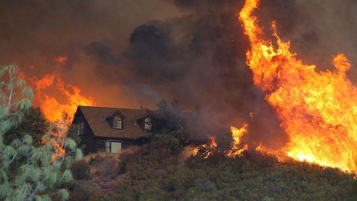 Een grote bosbrand in Lower Lake, Californië.