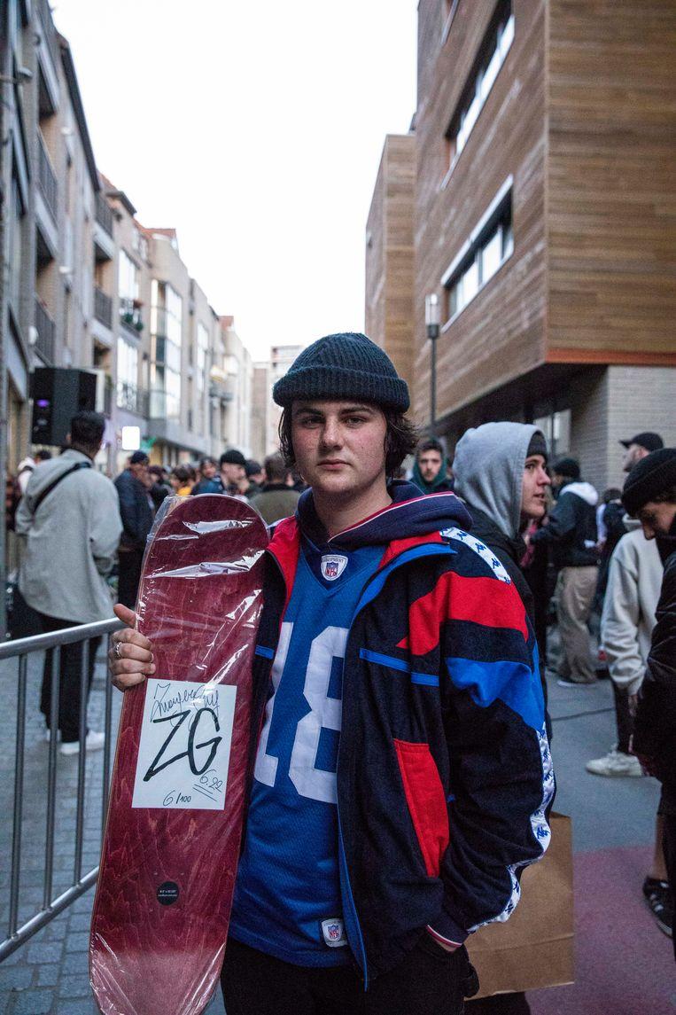 Briek is trots op zijn gepersonaliseerde skateboard.