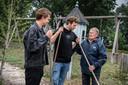 Thijs en Joep met Ben. Ben is een van de bewoners, die tijdens een video-opname de benen nam.