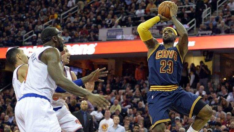 LeBron James aan de bal voor Cleveland Cavaliers. Beeld reuters