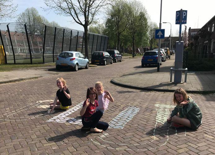 Anne, Guusje, Frederique en Noortje uit Breda krijten samen met andere vriendinnetjes  hun boodschap tegen corona: 'Blijf Thuis'
