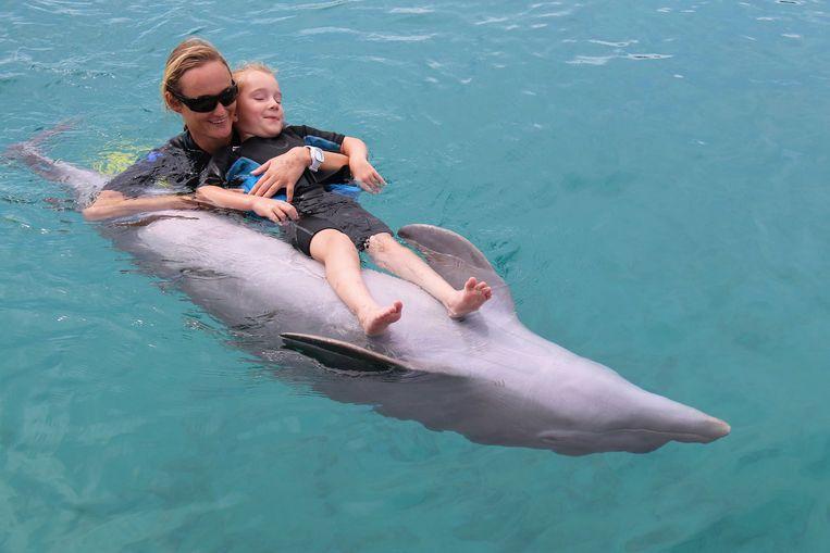 Joke genoot zichtbaar van de therapie met de dolfijnen.