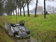 Auto belandt op de kop in sloot langs A1
