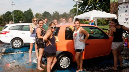 Vriendinnen organiseren carwash om vrijgezellenavond te bekostigen