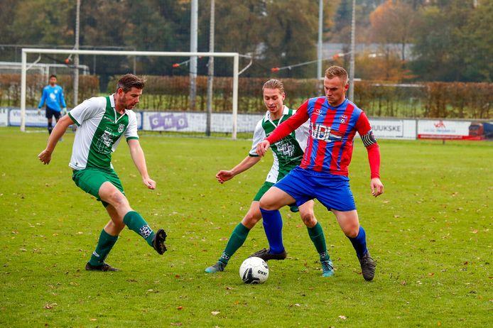 Emiel van der Steen (links), hier in actie tegen Hapert, maakte twee doelpunten voor RPC in de bekerwedstrijd tegen ZSC.