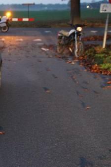 Bestuurster brommer naar ziekenhuis na aanrijding met auto in Aalten