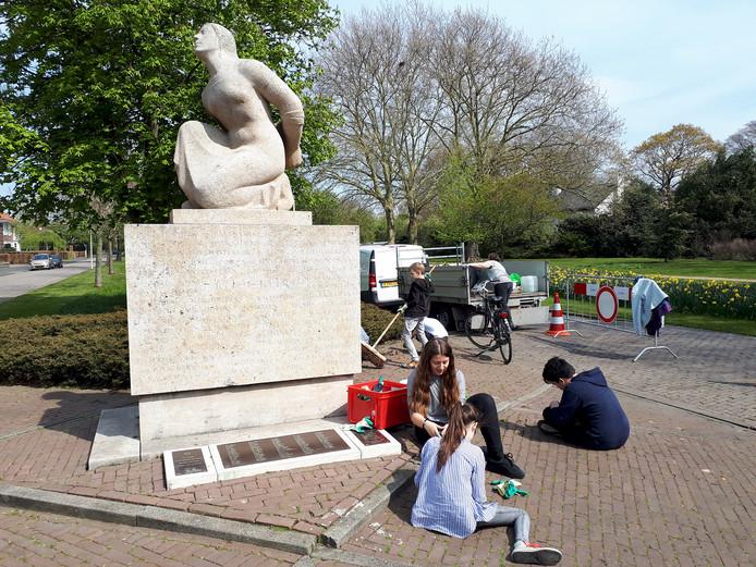 Leerlingen van De Singel maken het Rosendaalse bevrijdingsmonument in de Parklaan schoon. Foto Alfred de Bruin