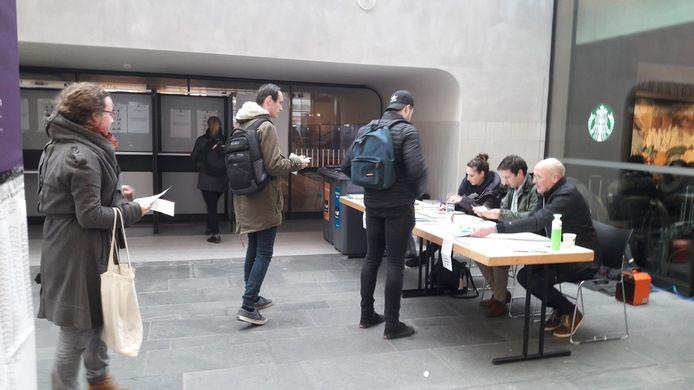 Stemmen op het station in Eindhoven