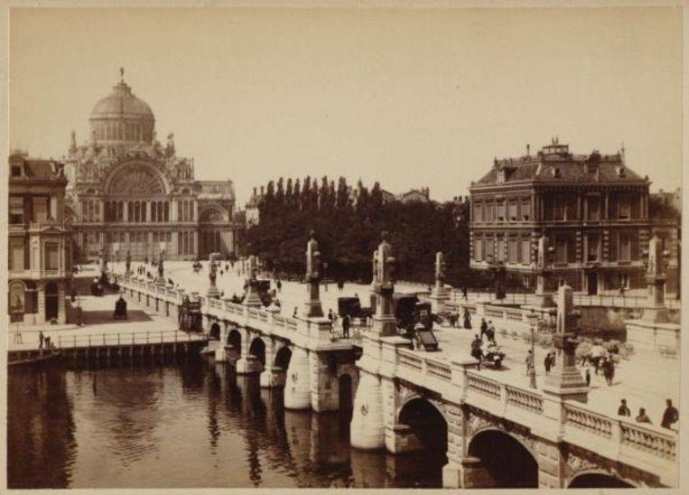 Het Paleis van Volksvlijt dat in het crisisjaar 1929 afbrandde. Foto Stadsarchief Beeld