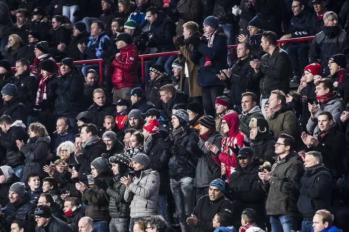 Supporters van PSV stonden in de wedstrijd tegen Excelsior op voor overleden Jordy Vogels.