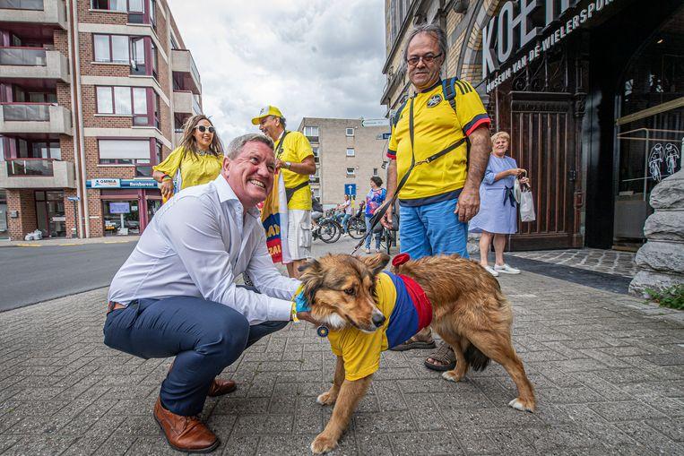 Op wacht aan KOERS. Zelfs de hond draagt de Colombiaanse kleuren.