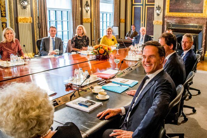 Premier Mark Rutte zit de eerste ministerraad van het nieuwe kabinet Rutte III voor in de Treveszaal op het Binnenhof. ROBIN UTRECHT