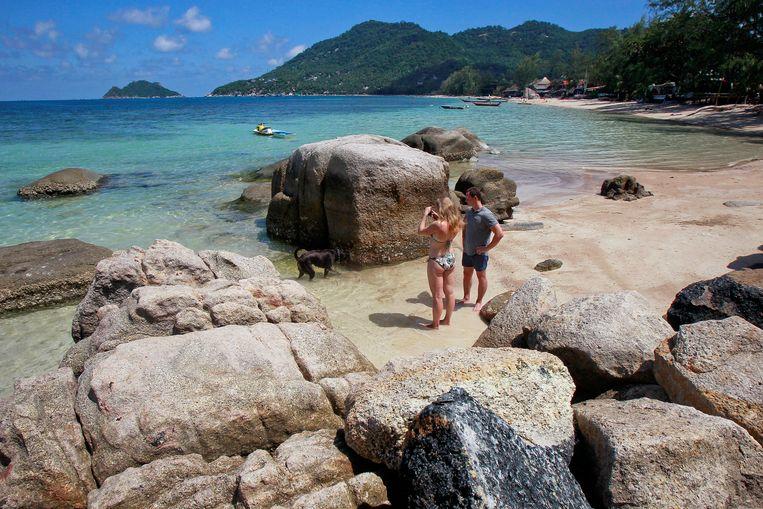 Toeristen nemen foto's op een van de stranden van het eiland Koh Tao, Thailand. Beeld REUTERS