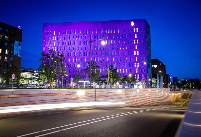 Het Albert Schweitzer ziekenhuis in Dordrecht kleurt twee dagen paars om aandacht te vragen voor darmziektes.