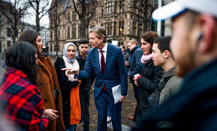 Joel Voordewind (ChristenUnie) woensdag in gesprek met een kinderen die in aanmerking komen voor het kinderpardon tijdens een actie van Defence for Children op het Plein in Den Haag.  Beeld