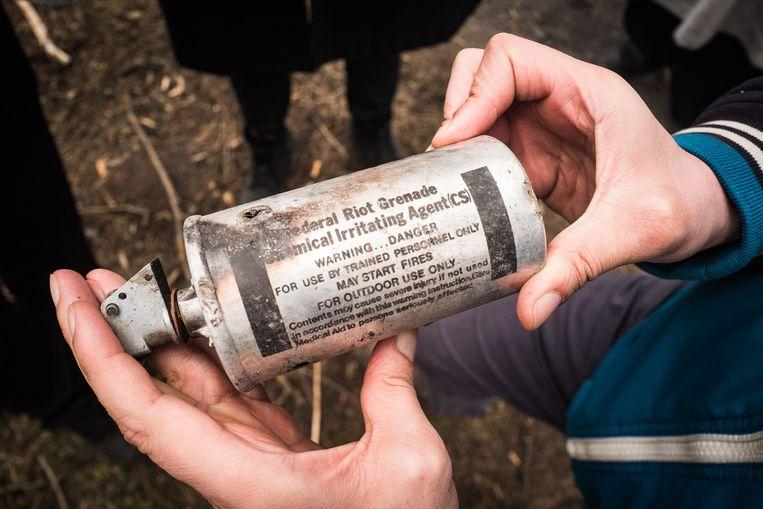 Een traangasgranaat van de oproerpolitie Beeld Nicola Zolin
