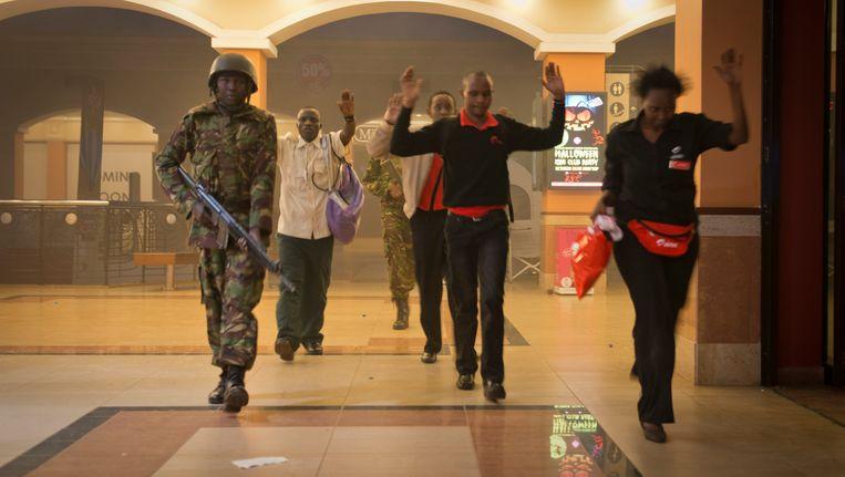 Burgers worden in veiligheid gebracht door de Keniaanse politie en het leger. Beeld AP