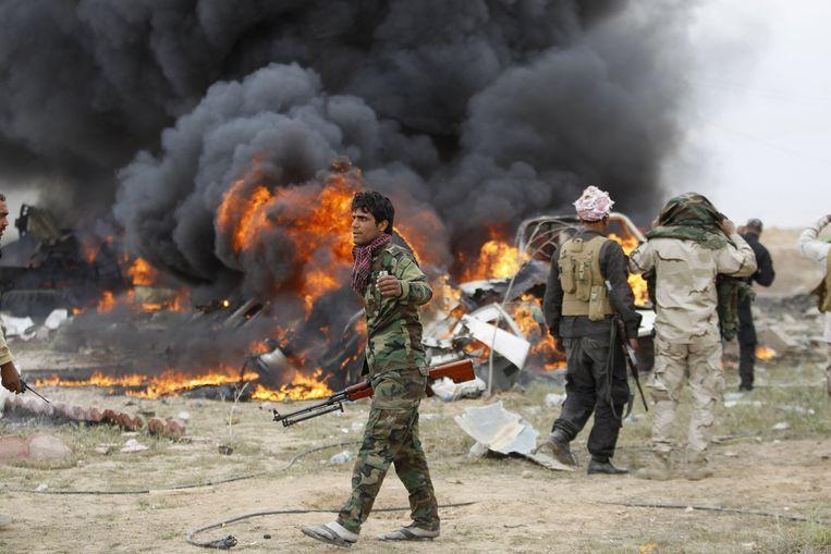 Tikrit donderdag: een autobom van IS is net ontploft aan de stad. Beeld Thaier Al-Sudani