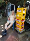 Gerrit Louter geniet van koude biertjes in Ochten.