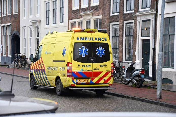 De scooterrijder is met een ambulance naar het ziekenhuis vervoerd.