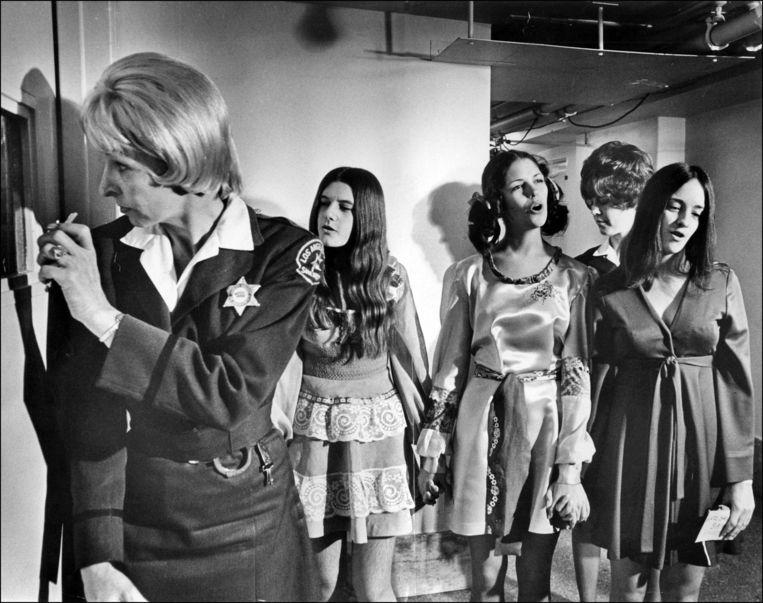 Patricia Krenwinkel, Leslie Van Houten en Susan Atkins, drie leden van de moordlustige 'Manson Family', terwijl ze naar de cel geleid worden in 1970.