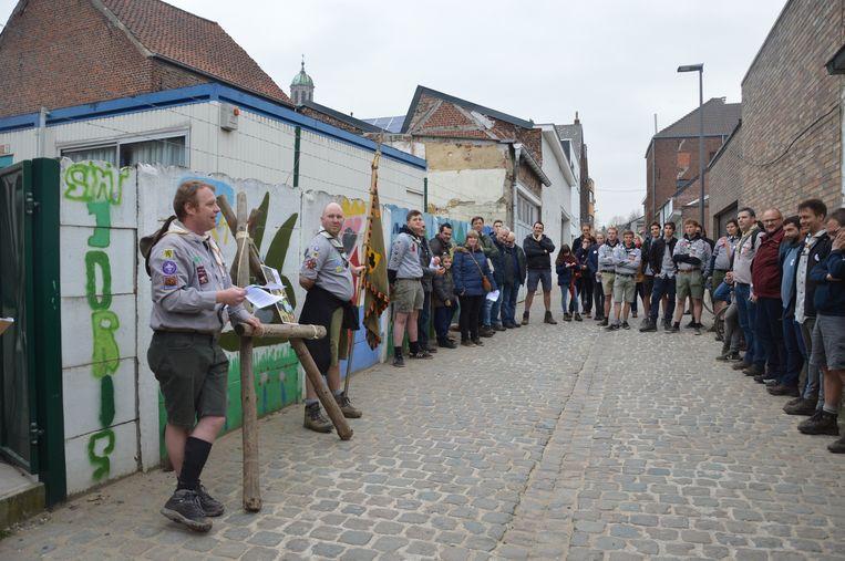 De (oud)scouts herdenken hun overleden vriend Patrick aan de voormalige scoutslokalen in de Vestbarm.
