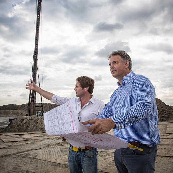 Ohad Maiman en Kees Kloet (rechts) op de bouwplaats bij de Zeelandbrug.