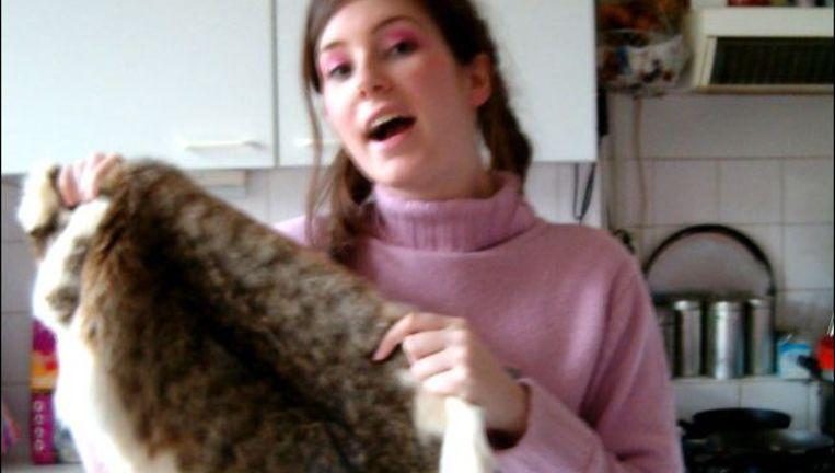 Kunstenares Tinkebell en de huid van haar kat. Screenshot van de website van Tinkebell, http://looovetinkebell.com Beeld null