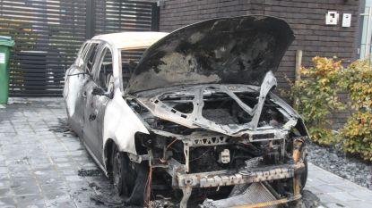 Wagen volledig uitgebrand op oprit, woning licht beschadigd