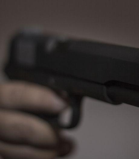Drietal bedreigt Vlijmenaar met vuurwapen en berooft hem van auto, slachtoffer vlucht voor man met mes