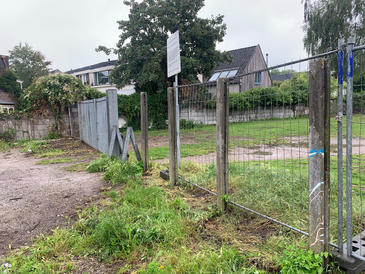 Na klachten van omwonenden heeft de gemeente de muren om het tijdelijke hondenpoepveldje aan het Blekershof weggehaald en vervangen voor hekken.