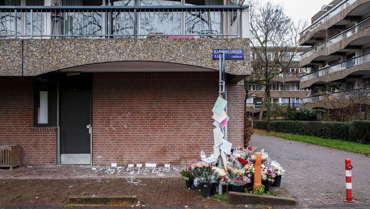 Bloemen op de Kattenburgerkade, na de schietpartij in november Beeld Carly Wollaert