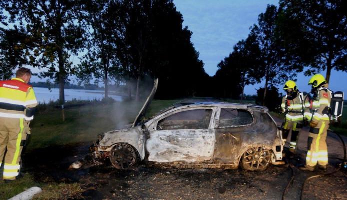 De auto op de parkeerplaats bij de Zandmeren bij Kerkdriel ging in vlammen op.