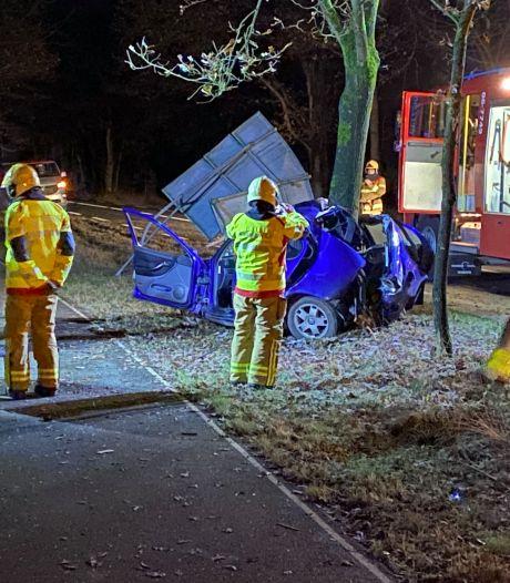 Ernstig ongeluk bij Uddel: auto botst tegen boom, inzittende zwaargewond