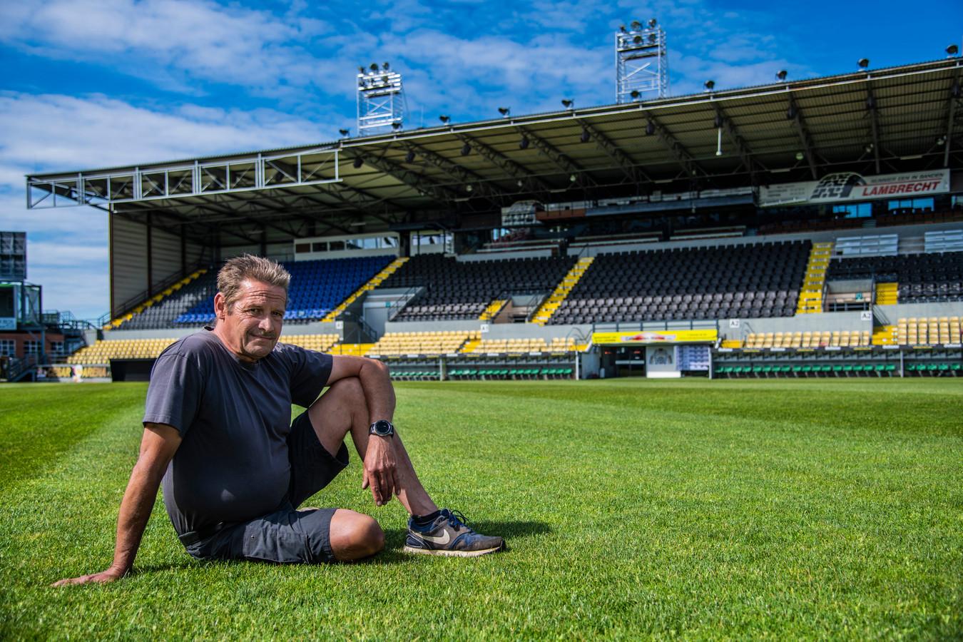 Lorenzo Verschraegen op de grasmat van het Daknamstadion die er opnieuw perfect bij ligt dankzij zijn goede zorgen.