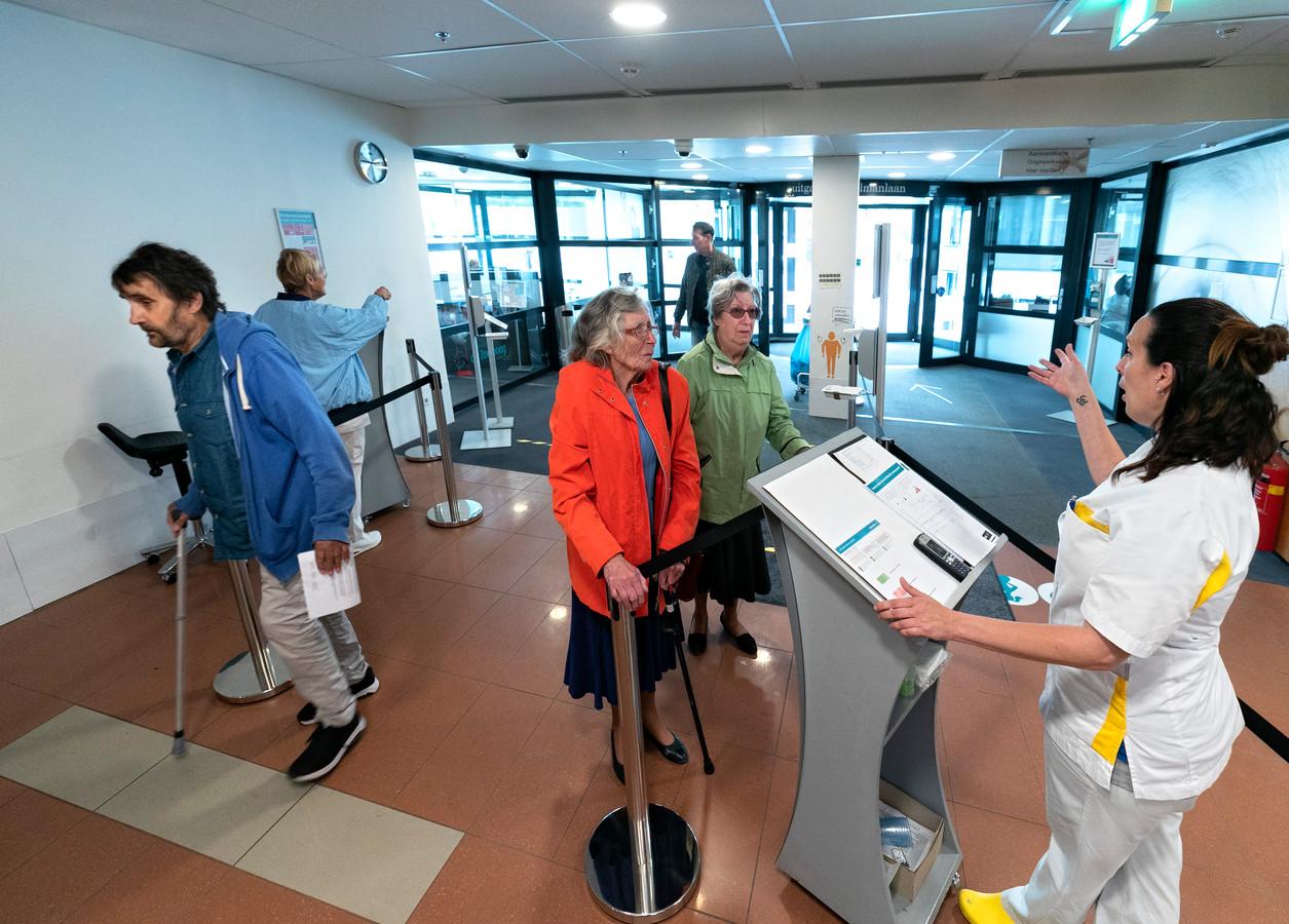 De reguliere zorg in het Elkerliek ziekenhuis is weer opgestart na de corona-uitbraak maar met protocollen.  (archieffoto ter illustratie)