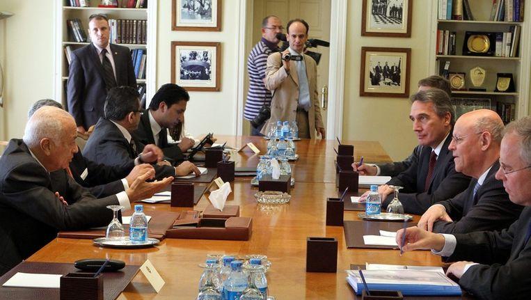 Minister Rosenthal en zijn delegatie, rechts aan tafel, in Caïro. Beeld epa