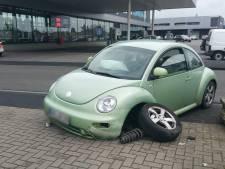 Man zonder rijbewijs rijdt Volkswagen aan gort in Enschede