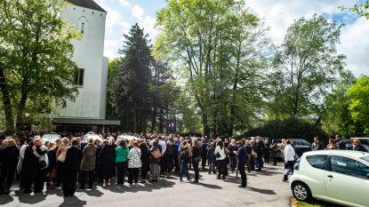 """VIDEO. Kerk is veel te klein voor afscheid vermoorde moeder en haar twee kinderen: """"Ik weet niet goed hoe het nu verder moet"""""""