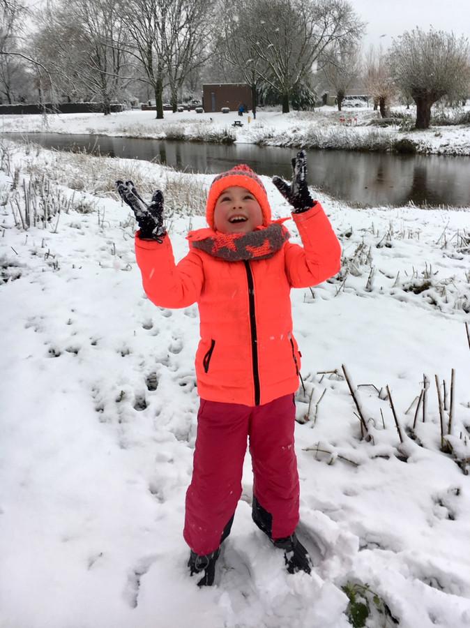 Dit meisje geniet met volle teugen van de sneeuw in Veghel.