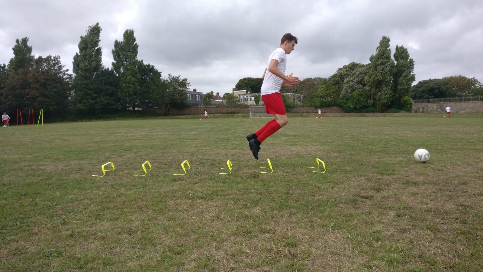 Lukas de Vries trainde door, en liep voetbalstages in Engeland en Italië.