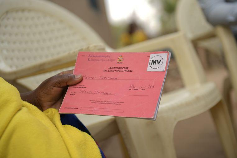 Ieder kind dat in aanmerking komt voor het malariavaccin krijgt op de voorkant van zijn vaccinatieboekje een sticker met de letters MV. Beeld Thoko Chikondi
