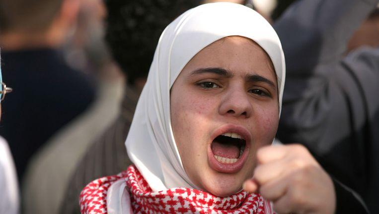 Een Syrische demonstrant tegen protesteert tegen president Bashar al-Assad. Beeld bruno