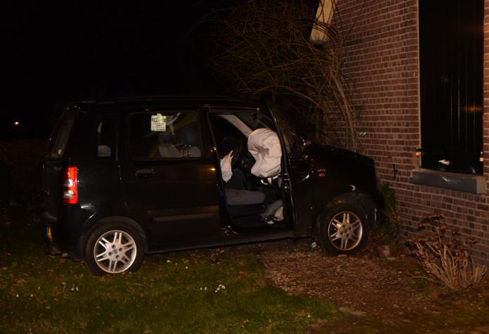 Auto rijdt tegen gevel woning Hummelo