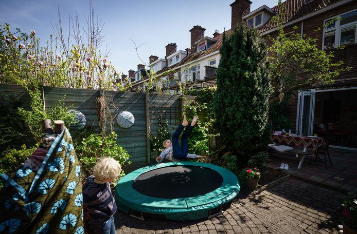Springen op een trampoline is goed voor kinderen om matig intensief te bewegen. Die manier van bewegen moeten kinderen minimaal één uur per dag doen