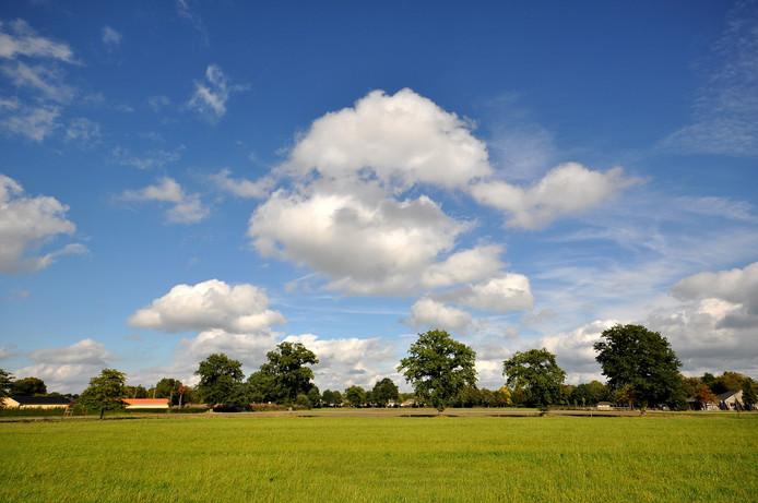 perioden met fraai herfstweer op zaterdagmiddag in zuidoost Brabant met veel zon en vriendelijke stapelwolken